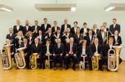Die Brass Band Uri und die Brass Band Schattdorf stehen zusammen auf der Bühne. (Bild: pd)