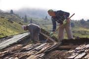 Das Dach der Hütte Ober Morschfeld ist einem schlechten Zustand und wird neu geschindelt. (Bild: PD)