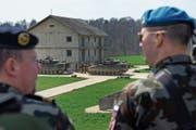 Der Waffenplatz in Bure anlässlich einer Demonstration des Panzerbataillons 14: Revisoren des Verteidigungsdepartement haben dort nun unsichere WLAN-Zugänge entdeckt. (Bild: Georgios Kefalas/Keystone (Bure, 23. März 2013))