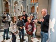 Andreas Blaser, Leiter Öffentlichkeitsarbeit der Parlamentsdienste (rechts), führt Kinder, die am Keystone-SDA-Zukunftstag teilnehmen, durch das Bundeshaus. (Bild: KEYSTONE/ALESSANDRO DELLA VALLE)