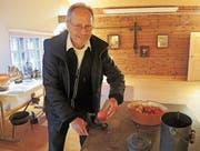 Kulturkommissionsmitglied Roger Rusterholtz führt eine alte Apfel-Schälmaschine vor. (Bilder: Corinne Hanselmann)