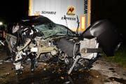 Durch den Unfall wurde das Auto massiv deformiert. (Bild: Kapo SG)