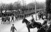 Füsiliere defilieren am 16. November 1918 in Zürich vor General Wille und Oberstdivisionär Sonderegger (zu Pferd). (Bild: Keystone)