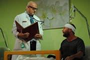 Alois Waldis (links), Regisseur und zugleich in der Rolle des Chefarztes Dr. Berner mit seinem Patient Alfred Hediger, gespielt von Pidi Morf. (Bild: Monika van de Giessen, 6. November 2018)