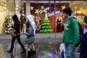 Bereits im Oktober bieten die Warenhäuser Weihnachtsdeko an. (Bild: Martial Trezzini/Keystone)