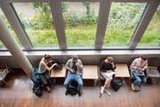 Studenten in der Bibliothek. (Bild: Urs Bucher)