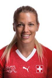 Die Krienserin Lara Dickenmann, derzeit verletzte Mittelfeldspielerin des Schweizer Fussballnationalteams der Frauen. (Gaetan Bally/Keystone (Kloten, 8. Juni 2018))