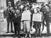Im Rahmen von den im November 1938 vom Naziregime in ganz Deutschland organisierten Gewalttaten wurden etwa in Hamburg Juden verfolgt, verschleppt und zur Schau gestellt. (Bild: KEYSTONE/STR)