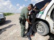 Asyl gibt es nur noch bei offiziellen Grenzübergängen: Die USA verschärfen im Kampf gegen illegale Einwanderer das Asylrecht. (Bild: KEYSTONE/AP/DAVID J. PHILLIP)