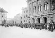 Ordnungstruppen bewachen das Bundeshaus in Bern während des Landesstreiks im November 1918. (Bild: Schweizerisches Bundesarchiv)