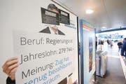 Die Plakate im April 2017 am Bahnhof Zug, die mit Heinz Tännler und Matthias Michel für die Initiative für mehr bezahlbaren Wohnraum warben, mussten nach einer Anordnung des Kantonsgerichts entfernt werden. Vorher brachten die Initianten einen Zensur-Kleber an. (Bild: Stefan Kaiser (Zug, 20. April 2017))