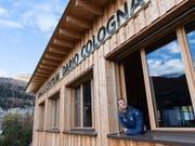 Dario Cologna am Fenster «seines» Langlaufzentrums in Davos (Bild: KEYSTONE/GIAN EHRENZELLER)