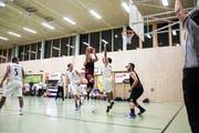 Kraftvoll zieht Oberthurgaus Captain Alexander Atterbigler im Match gegen Opfikon Basket zum Korb. (Bild: Michael Steiner)