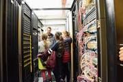 Sascha Nemeth zeigt den Teilnehmerinnen des Zukunftstages den Serverraum der ARI. (Bild: Tanja Braun)