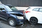 Zwei der bei der Karambolage beschädigten Autos. (Bild: Luzerner Polizei)