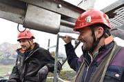Roger Good (links) und Werner Gantenbein geniessen den Ausblick von ihrem Arbeitsplatz. (Bild: Heini Schwendener)