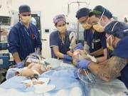 An der Operation waren über 20 Ärzte, Krankenschwestern und Pfleger beteiligt. (Bild: Keystone/AP)