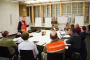 Stabschef Peter Holliger koordiniert alle Infos und nimmt die Massnahmen der Mitarbeitenden der Teilstäbe auf. (Bilder: Samuel Koch)