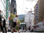 Deutschland erhält einen neuen Warenhausriesen: Das Kartellamt hat die Fusion von Karstadt und Kaufhof genehmigt. (Bild: KEYSTONE/EPA/FRIEDEMANN VOGEL)