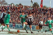 Auf seiner langen Fussballreise macht Marco Dittgen (Mitte) in der Saison 1996/97 Halt beim FC St.Gallen. (Bild: Michael Kupferschmid/KEY)