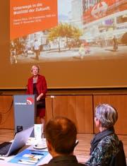 Monika Ribar während ihres Referats im Flawiler Lindensaal. (Bild: Ramona Riedener)