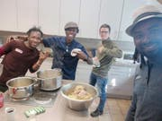 Maurice Grob inmitten einer Gruppe Musiker aus Gambia, die ihm die gambische Küche näher bringen. (Bild: PD)