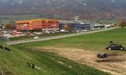 Das Unfallauto liegt am Donnerstag nach dem Unfall auf dem Wiesland. (Bild: Giulia Jung/ Radio Pilatus)