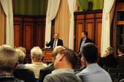 Max Vögeli und Thomas Bornhauser informieren am Donnerstagabend im Rathaussaal. (Bild: Sabrina Bächi)