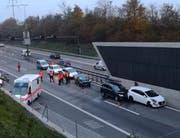 Vor dem Rathausen-Tunnel stehen am Freitagmorgen die beschädigten Autos. (Foto: Marco Zibung/Radio Pilatus)