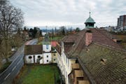 Das historische Salesianum in Zug inklusive der St. Karl Borromäus Kapelle (links im Bild) werden an eine Familie verkauft. (Bild: Stefan Kaiser (5. Februar 2016))