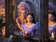 Der Disney-Konzern hat dank Erfolgen im Filmgeschäft gut gewirtschaftet. Im Bild Keira Knightley und Mackenzie Foy im Disney-Film 'Der Nussknacker und die vier Reiche' (Bild: KEYSTONE/AP Disney/LAURIE SPARHAM)