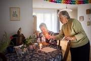 Margrit Hug (links) besucht Klara Hug jeweils in deren Zuhause. Vor jedem Gottesdienst wird eine Kerze angezündet. (Bild: Benjamin Manser)