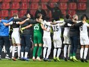 Der FC Zürich bejubelt mit seinen vielen nach Leverkusen gereisten Fans den vorzeitigen Einzug in die K.o.-Phase (Bild: KEYSTONE/AP/MARTIN MEISSNER)