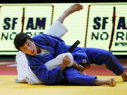 Evelyne Tschopp (in blau) beendet den Grand Prix von Taschkent im Limit bis 52 kg als Zweite (Bild: KEYSTONE/EPA/ABIR SULTAN)