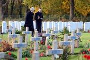 Die britische Premierministerin Theresa May und der französische Präsident Emmanuel Macron am Freitag bei einem Besuch am Friedhof von Thiepval.Bild: Eliot Blondet/EPA