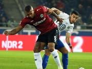 Brasilianischer Zweikampf zwischen Hannovers Walace und Wolfsburgs William (Bild: KEYSTONE/EPA/FOCKE STRANGMANN)