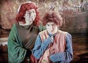 Das Kräuterweib und Zwerg Nase in einer Spielszene des neuen Stücks des Märchentheaters Fidibus. (Bild: PD)