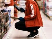 Denner erhöht die Lohnsumme im nächsten Jahr um 1 Prozent. (Bild: KEYSTONE/CHRISTIAN BEUTLER)