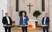 Die Kandidaten für das Gemeindepräsidium, Victor Haag, Thomas Ochs und David Oehler, stellen sich den Fragen des Publikums am Podium. (Bild: Manuela Olgiati)