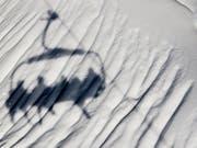 Skifahrer zahlen in der Schweiz zwar grundsätzlich am meisten für den Pistenspass, können aber dank «dynamischen» Preisen vermehrt auch kräftige Rabatte ergattern. (Bild: KEYSTONE/JEAN-CHRISTOPHE BOTT)