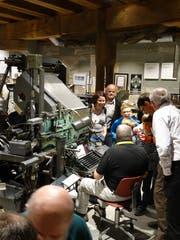 Ein Fachmann erklärt eine «historische» mechanische Setzmaschine, mit der Druckzeilen hergestellt werden können. (Bild: Gutenberg-Museum)