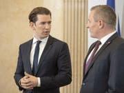 Der österreichische Bundeskanzler Sebastian Kurz informierte zusammen mit Verteidigungsminister Mario Kunasek in Wien über die Spionageaffäre. (Bild: Keystone/EPA/CHRISTIAN BRUNA)