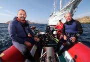 Edi Frommenwiler (links) und Otto C. Honegger vor dem selbstgebauten Schiff Pindito. (Bild: PD)