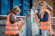 Am Zukunftstag 2018 durften Mädchen bei der Stutz AG in Bürglen ihre ersten Erfahrungen im Bereich Bau machen. (Bild: Reto Martin)