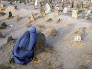 Eine afghanische Frau beim Besuch auf einem Friedhof in der Haupstadt Kabul. (Bild: KEYSTONE/EPA/S. SABAWOON)