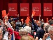 Rote Karte für ein EU-Rahmenabkommen ohne Lohnschutz: Dies ist die einhellige Meinung der SP-Mitglieder am ordentlichen Parteitag in Brugg/Windisch AG. (Bild: KEYSTONE/ENNIO LEANZA)