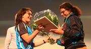 Andrea Hänni-Rüdisühli (rechts) aus Gams ist nun Ehrenmitglied und erhielt von Vizepräsidentin Andrea Reifler Blumen und ein Präsent. (Bild: Robert Kucera)