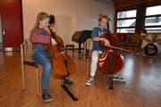 Die Cellistinnen Hanna Nimke und Yaël Dietrich in der Aula der Sekundarschule Ebnet West. Bild: PD