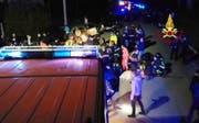 Massenpanik statt Konzert: Vor dem geplanten Auftritt des Rappers Sfera Ebbasta brach eine Panik aus, in der sechs Menschen ihr Leben verloren. (Bild: PD/EPA/Corpo Nazionale Vigili Del Fuoco)