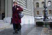 Bundesrätin Viola Amherd auf ihrem Weg zur Sitzung anlässlich der Departementsverteilung (Bild: Peter Schneider/Keystone (Bern, 10. Dezember 2018))